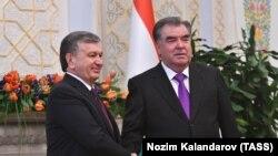 شوکت میرضیایف رئیس جمهور ازبکستان (چپ) با امام علی رحمان همتایی تاجکستانیاش در دوشنبه