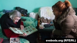 Яніна гортає французький фотоальбом у присутності французької дипломата