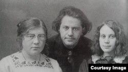 Мария, Венедикт и Зоя Матвеевы. Начало 1920-х годов