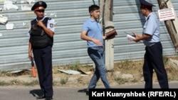 Полицейские на месте происшествия, где были убиты подозреваемые в терроризме. Карасайский район Алматинской области, 17 августа 2012 года.
