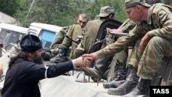 Между российскими военнослужащими и местным населением возникает некоторое недопонимание