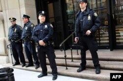 Полицейские охраняют здание Нью-Йоркского федерального резервного банка