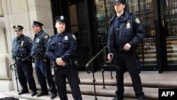 Полицейские стоят перед зданием Федерального резервного банка в Нью-Йорке. Иллюстративное фото.