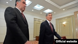 Tajik President Emomali Rahmon (left) and Kyrgyz President Almazbek Atambaev meet in Bishkek on May 27.