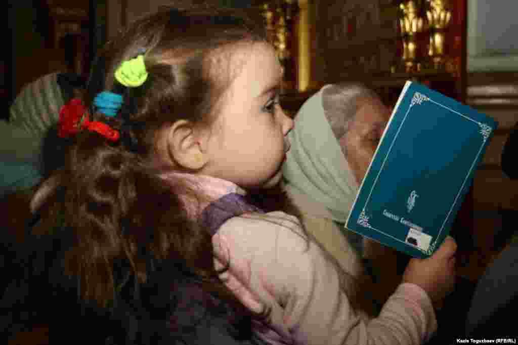 Малышка вСвято-Вознесенском соборе в день Рождества. Алматы, 7 января 2014 года.