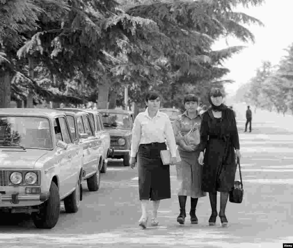 Fiatal nők Dél-Oszétia fővárosa,Chinvali utcáin 1983-ban. A kommunizmus idején Dél-Oszétia egy autonóm közigazgatási egység volt a szovjet Grúzián belül.