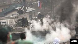 Protestuesit serbë duke hedhur me gurë trupat e KFOR-it, 17 Mars 2008