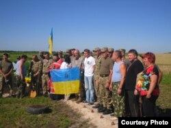Волонтери, які впорядковують місця загибелі українських бійців і мирних жителів