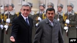 Armenia -- Armenian President Serzh Sarkisian (L) and his Iranian counterpart Mahmud Ahmadinejad review an honor guard before their meeting in Yerevan, 23Dec2011