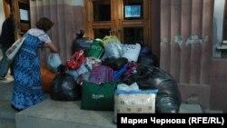 У входа в пункт приёма гуманитарной помощи в Иркутске