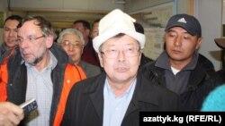 Қырғызстан премьер-министрі Жантөре Сатыпалдиев Құмтөр алтын кенішіне келді. 1 қазан 2012 жыл.