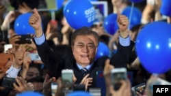 South Korea -- South Korean presidential candidate Moon Jae-In (C) of the Democratic Party greets his supporters during his election campaign in Seoul, May 8, 2017