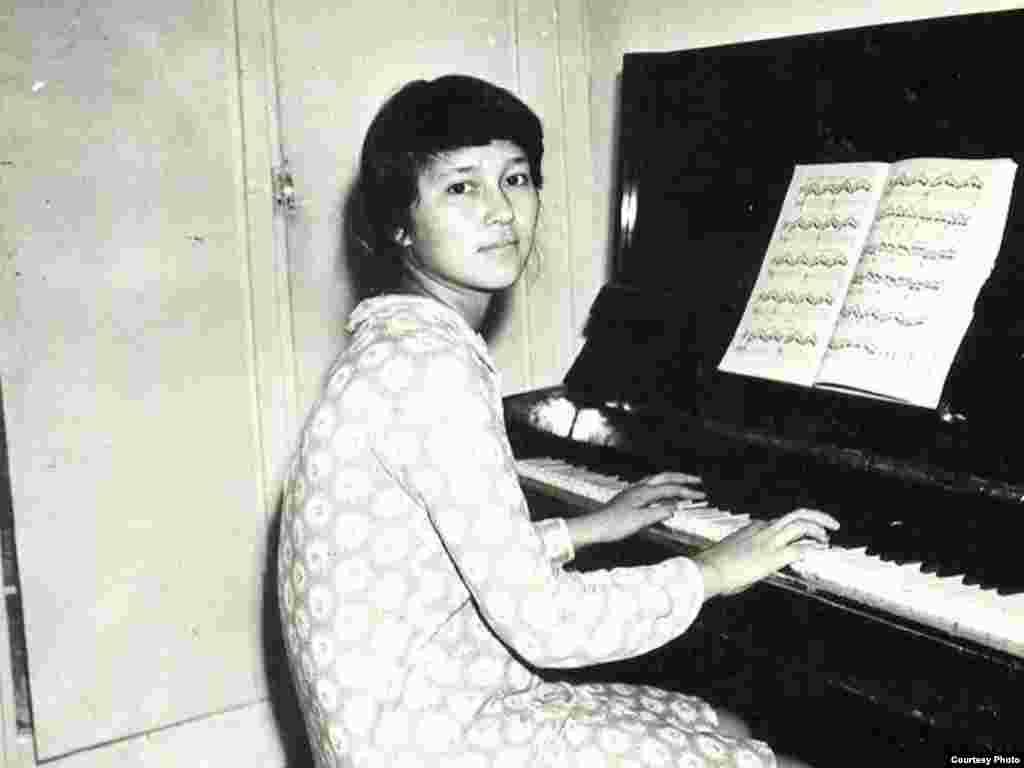 Ляззат - студентка музыкального училище в Алматы. 1986 год, незадолго до Декабрьских событий.