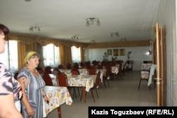 Столовая в приюте для престарелых. Поселок имени Туймебаева Илийского района Алматинской области. 24 июля 2013 года.