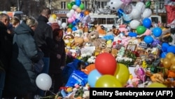 """Кемерово, народный мемориал погибшим при пожаре в ТРЦ """"Зимняя вишня"""""""