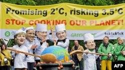 Активисти на Гринпис протестираат со маски со ликовите на германската канцеларка Ангела Меркел, американскиот претседател Барак Обама, италијанскиот премиер Силвио Берлускони, британскиот премиер Гордон Браун и францускиот претседател Николас Саркози
