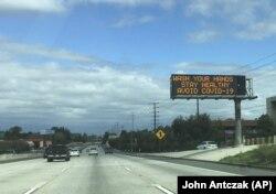 """""""Laj duart, qëndro i shëndetshëm, shmang Covid-19"""", shkruan në një shenjë rrugore në SHBA."""