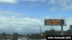 Un panou pe o autostradă din California care îndeamnă oamenii să ia măsuri de prevenție