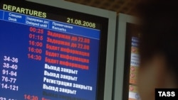 """Авиадиспетчеры обещают, что пассажиры от их акции не пострадают. А руководство ФГУП """"Госкорпорация по ОрВД"""" отрицает сам факт проведения акции протеста (На фото: отмена рейсов, аэропорт Домодедово, 2008 год)"""