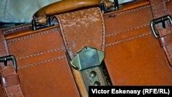 Servieta cu cifru în care George Enescu își purta partitura la Œdipe