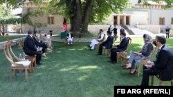 محمداشرف غنی، رئیس جمهور افغانستان در دیدار با جنرال کنت مکنزی، فرمانده سنتکام یا قوماندانی مرکزی ایالات متحده.