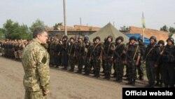 Президент Петро Порошенко під час робочої поїздки на Донбас, 20 червня 2014 року