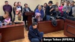 Сот өтінішін қанағаттандырмаған соң Әлімжан Ізбасаров аштық жариялайтынын айтып, сот залының еденіне отырып алды. Нұр-Сұлтан, 4 мамыр 2019 жыл.
