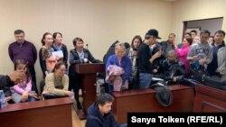 В зале суда Алимжан Избасаров в знак протеста сел на пол. Нур-Султан, 4 мая 2019 года.