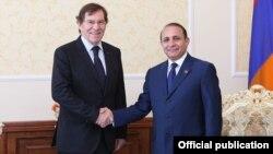Спикер парламента Армении Овик Абрамян (справа) приветствует председателя ПАСЕ Жан-Клода Миньона, Ереван, 30 мая 2013 г. (фотография - пресс-служба Национального Собрания Армении)