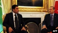 Türkmenistanyň prezidenti Gurbanguly Berdimuhamedow (çepde) we Türkiýäniň şol wagtky premýer-ministri Rejep Taýyp Erdogan. 2012 ý.