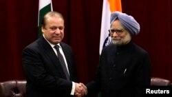 نیویارک: د هند وزیر اعظم منموهن سینګ له خپل پاکستاني سیال نواز شریف سره روغبړ کوي. ۲۹ سیپټمبر ۲۰۱۳