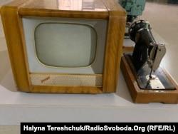 Радянський телевізор і швейна машинка