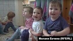 Дети в доме ребенка в Новосибирске