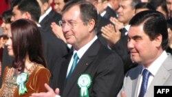 """Türkmenistanyň prezidenti Gurbanguly Berdimuhamedow fransuz """"Bouygues"""" kompaniýalar toparynyň esaslandyryjysy Martin Bouygues bilen Aşgabatda, 2011-nji ýylyň 1-nji apreli."""