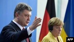 Президент України Петро Порошенко (Л) і канцлер Німеччини Ангела Меркель