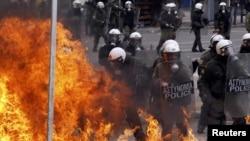 Демонстранти в Афнах застосовують пляшки з запалювальною сумішшю, поліція – сльозогінний газ