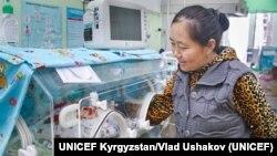Каждый день Наргиза навещает свою дочь Омуркал, которая еще находится в отделении реанимации после своего преждевременного рождения 2 недели назад.