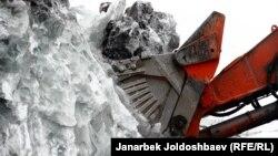 В 2017 году Кыргызстан разрешил перенос двух ледников на Кумторе, фактически легализовав их уничтожение.