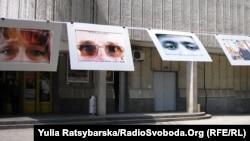 Імпровізована виставка ВІЛ-позитивних: фото очей людей, у яких виявили ВІЛ, Дніпропетровськ, 2 грудня 2011 року