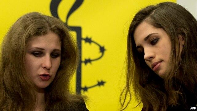 Надежда Толоконникова и Мария Алехина на пресс-конференции в Нью-Йорке, 4 февраля 2014