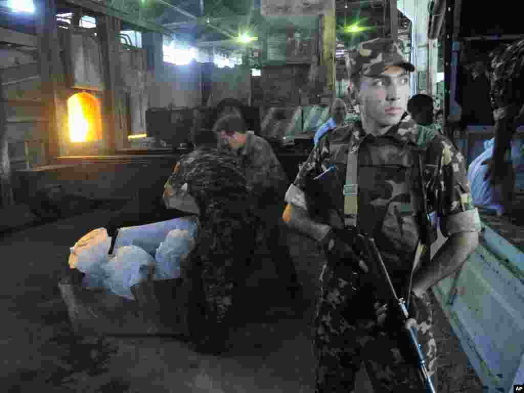 Özbəkistanın MTN əməkdaşları paytaxt yaxınlığında narkotik maddələr müsadirə edirlər, 24 iyun. - Foto: Anvar Ilyasov, AP