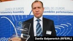 Голова «Комітету проти тортур» Ігор Каляпін отримує нагороду ПАРЄ за правозахисну діяльність (архівне фото, 2011 рік)