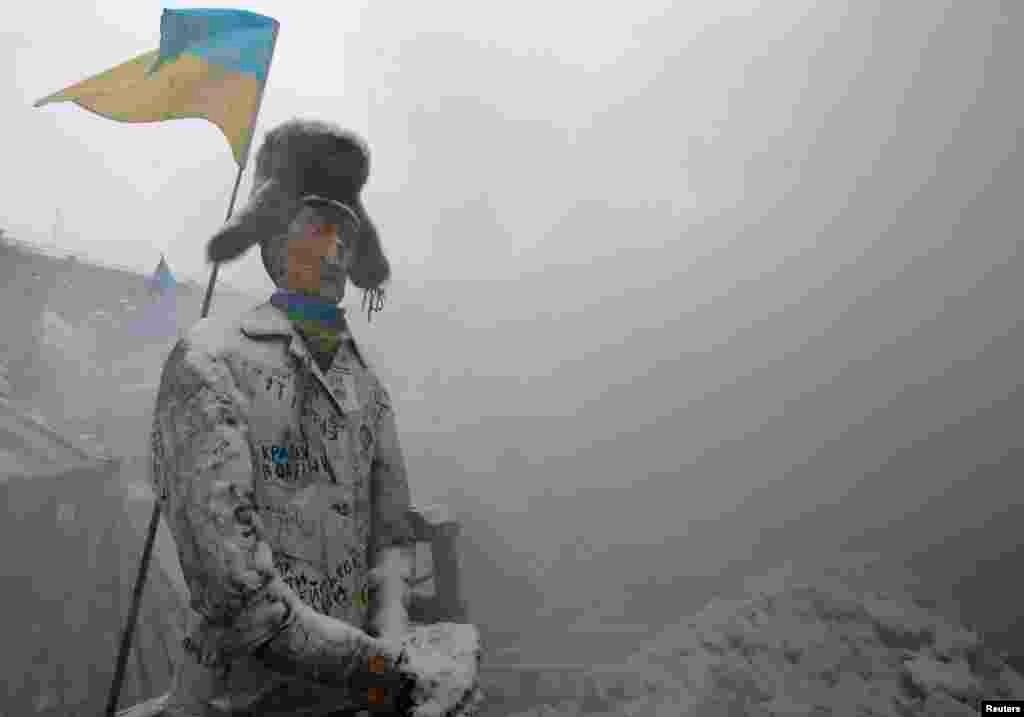 """Киевтегі """"Еуромайдан"""" шерулері кезінде наразылар Тәуелсіздік алаңына алып шыққан """"Путин"""". 11 желтоқсан 2013 жыл."""