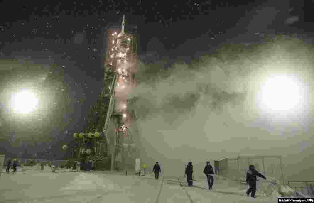 Ракета «Союз» з американським астронавтом Деніелом Бьорбенком (Dan Burbank) готується до старту морозним ранком в листопаді 2011 року. «Союз» доставив Бьорбенка на Міжнародну космічну станцію. Відтоді, як США згорнули власну програму космічних шатлів, Сполучені Штати заплатили Росії десятки мільйонів доларів за кожного астронавта, доставленого на МКС
