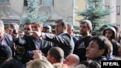 В полдень на площади перед зданием правительства появился Дзамболат Тедеев