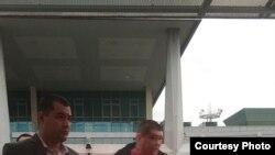 Мирағлам Мирзаевнинг ўғли¸ бу суратни юборган мулозимга кўра¸ 6 март куни эрталаб Тошкент аэропортида ушланган.