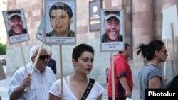 Հասարակական ակտիվիստները բողոքում են խաղաղ պայմաններում զինվորների շարունակական մահվան դեպքերի դեմ, 8 օգոստոս, 2011