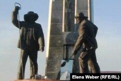Монумент металлургам в Темиртау. 1 октября 2010 года