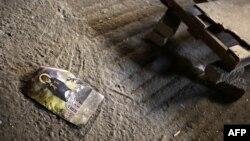 Календарь с религиозным содержанием лежит на полу коптской церкви в Египте. Иллюстративное фото.