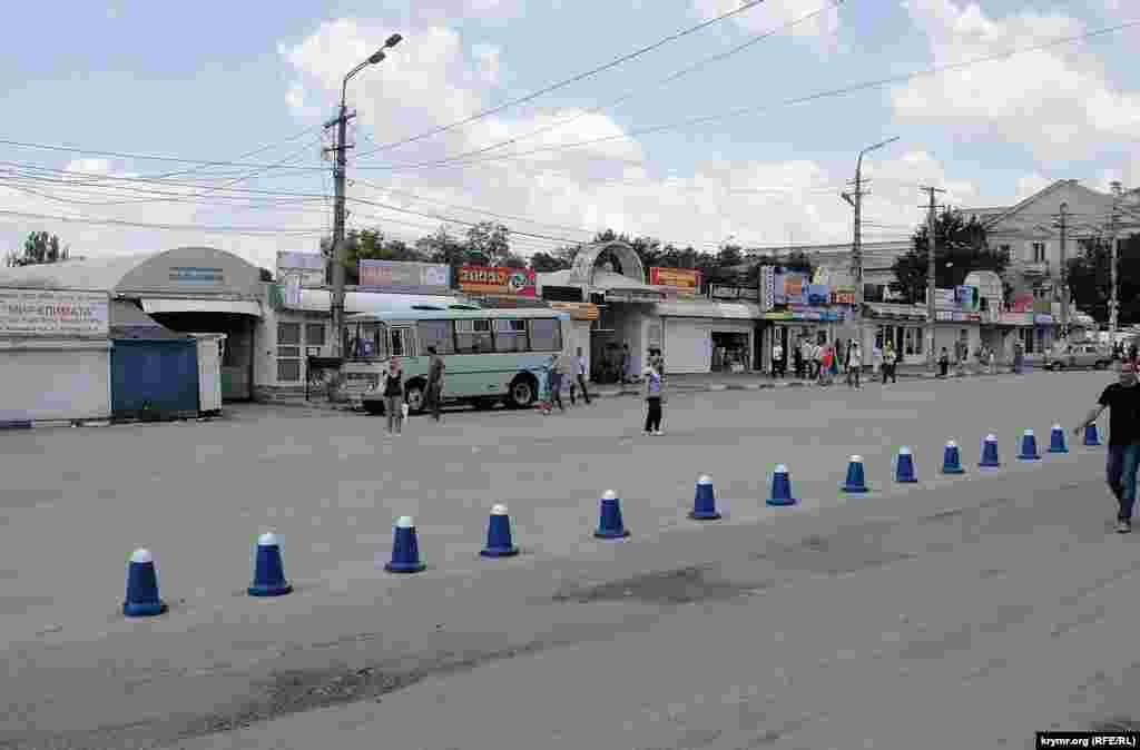Продуктово-господарський ринок «Пальміра», що межує з ринокм по вул. Козлова, закритий без пояснення причин, за словами торговців, на 72 години. Торговці налякані, розмовляти відмовляються.